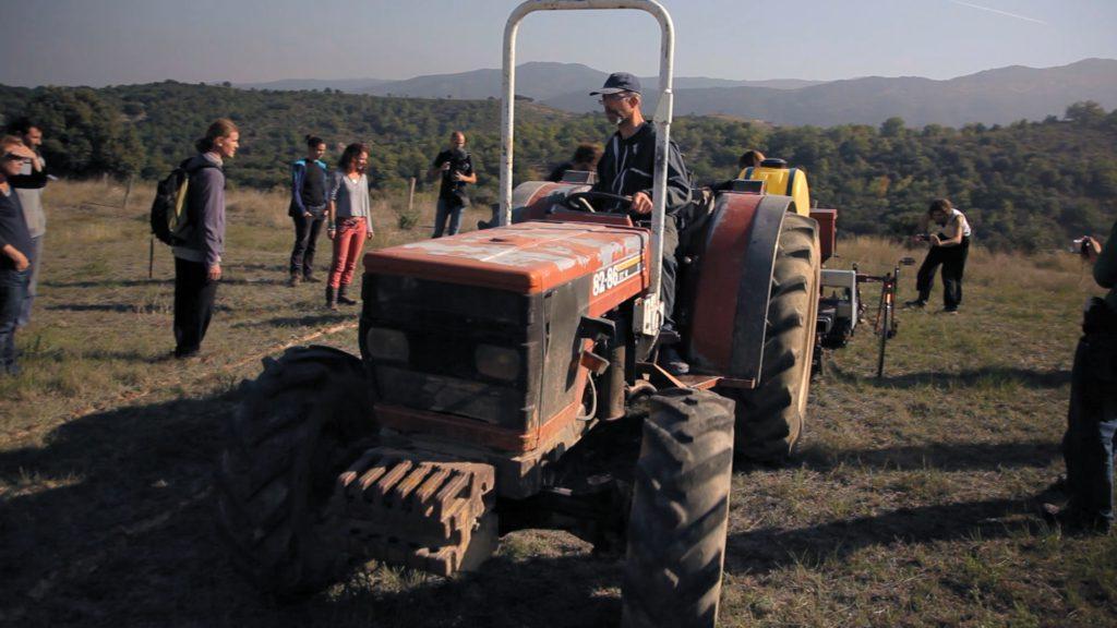 Charue Yeomans en action à la ferme en permaculture d'Andy Darlington